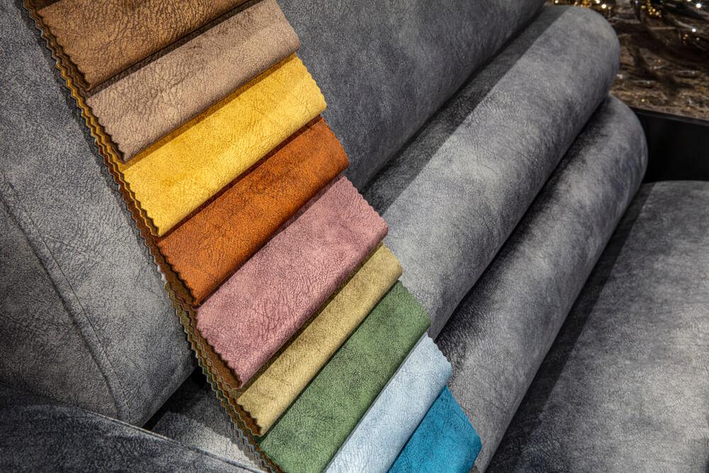 沙發顏色需要跟家中裝潢協調